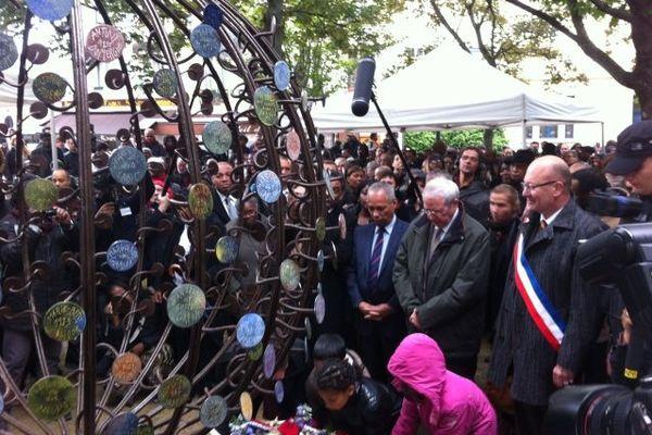 Victorin Lurel, Jean-Paul Huchon et le maire de Saint-Denis, accompagnés de trois jeunes de la commune, ont déposé une gerbe devant le nouveau monument dédié aux victimes de l'esclavage