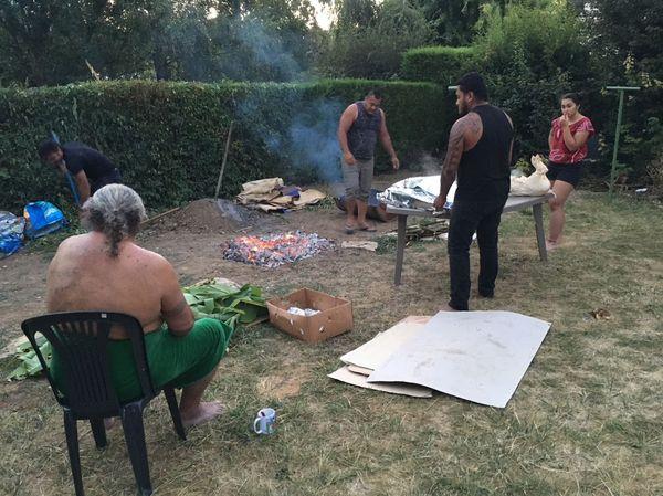 Préparation du umu, le four traditionnel wallisien dans le jardin de la famille Tui