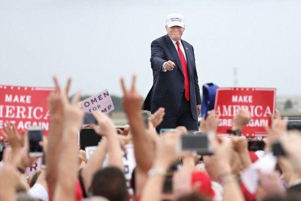 Donald Trump remercie ses supporters sur le tarmac de l'aéroport Lakland en Floride le 12 octobre 2016