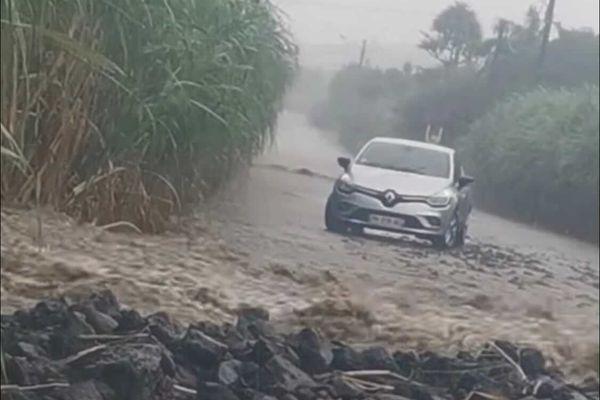 Route inondée à Ravine Ango Saint-Philippe