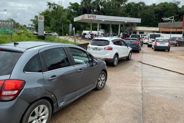 Files de voitures devant les stations d'essence