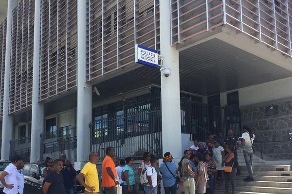 Mouvement devant le commissariat de police de Pointe-à-Pître