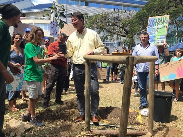 Mobilisation pour le climat, «fridays for future», Thierry Santa et Philippe Germain plantent un arbre, 20 septembre 2019.