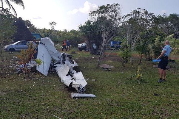 LIfou : débris de l'avion devant la case