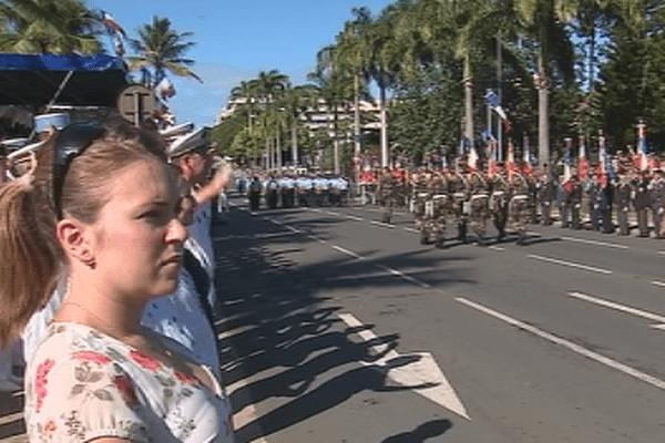 Le défilé militaire sous le soleil