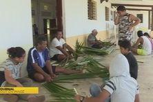 Atelier de tressage pour les jeunes vacanciers de Futuna