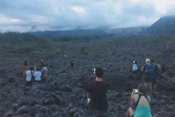 Eruption du Piton de la Fournaise : beaucoup de monde pour admirer le spectacle depuis la route des laves.