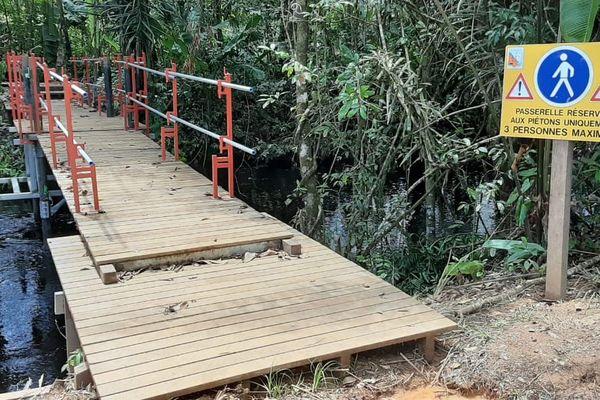La passerelle mise place pour les riverains sur la crique Eskol
