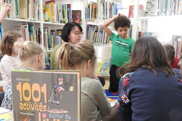 Atelier lecture pour les enfants à la bibliothèque municipale de Saint-Pierre