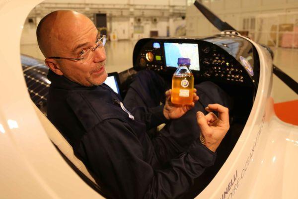 Raphaël Dinelli montre un flacon d'huile fait à partir de micro-algues. Pour la traversée de l'Atlantique, Eraole emportera dans ses ailes 280 litres de cette huile fabriquée à Libourne.