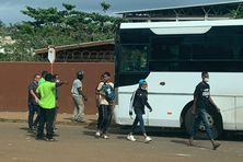 Les élèves du lycée Gustave Eiffel sont priés de remonter dans les bus qui les ramènent chez eux.