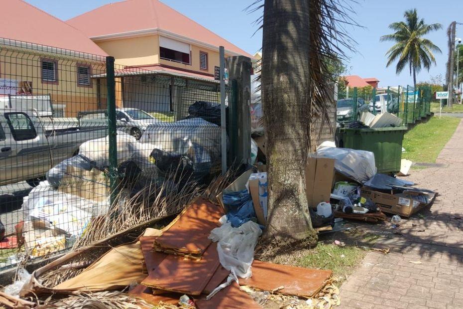 Saint-Claude : le non ramassage des ordures ménagères rend le confinement difficile - Guadeloupe la 1ère