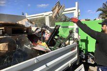 Après l'incendie, tous les objets touchés par la suie sont jetés, par sécurité.