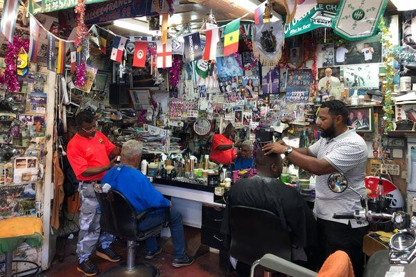 """Le coiffeur """"Chez Michel"""", un boutik lontan de Saint-Denis."""