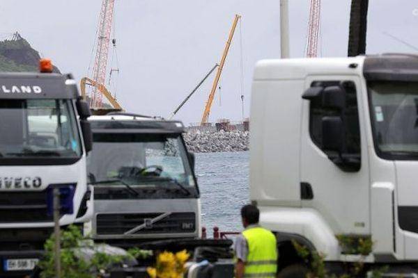Les transporteurs devant le chantier de la Nouvelle Route du Littoral. (Photo d'illustration)