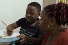 Coralie et son fils Cléo qu'elle a eu à 22 ans