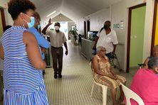 Serge Letchimy (chemise bleue) et Audrey Thaly-Bardol (robe rayée) en visite à l'EHPAD Bethléem de Terreville à Schœlcher (13 juillet 2021).