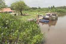 Un lieu de débarquement non aménagé pour les bateaux de pêche à Iracoubo