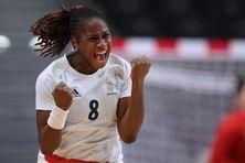 La Martiniquaise Coralie Lassource, capitaine de l'équipe féminine de handball, célèbre la victoire contre le Brésil aux JO de Tokyo.