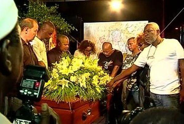 Membres de Kassav devant cercueil Saint-Eloi