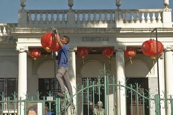Le Musée Léon Dierx paré de lampions pour l'exposition de peintures chinoises