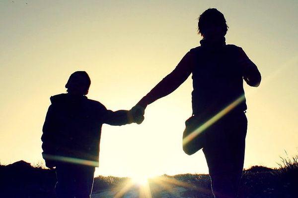 Mère et fils promenade main dans la main