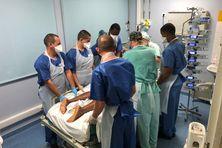 Les militaires, aidés d'un infirmier du CHU, retournent une patiente plongée dans le coma - 25/08/2021