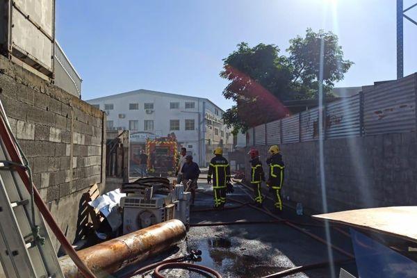 Le Port : important incendie dans un entrepôt de la zone artisanale