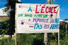 Deux jours après les faits à Bayes, l'école de Tiéti arborait cette banderole en solidarité.