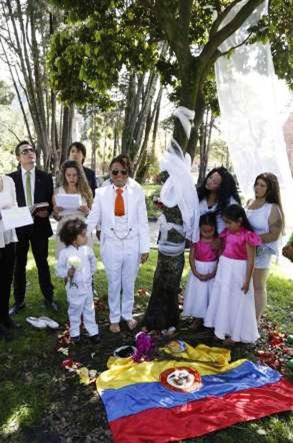 L'acteur Richard Torres se marie avec un arbre pour sensibiliser à l'environnement