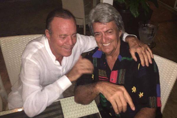 Julio Iglesias en compagnie de John Gabilou