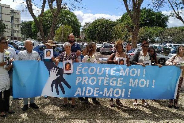 Manifestation des proches d'Eliana er de l'association EPA devant le tribunal de Saint-Denis