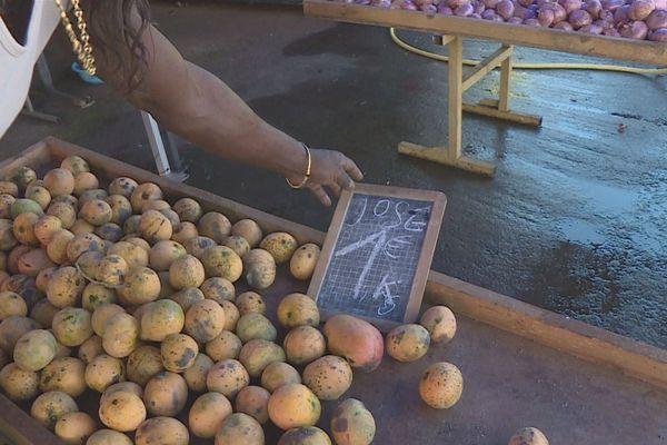 Le prix des mangues est particulièrement bas sur les étals des marchés ces jours-ci.