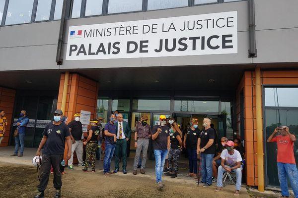 Harry Hodebourg soutenu par Trop Violans devant le Palais de Justice le 28 mai