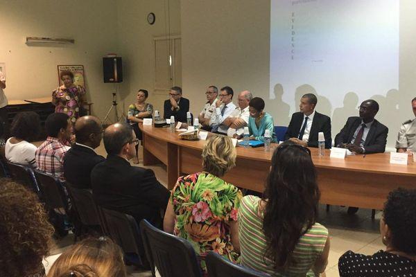 Georges Pau Langevin signe la convention Evidence  au lycée Félix Eboué
