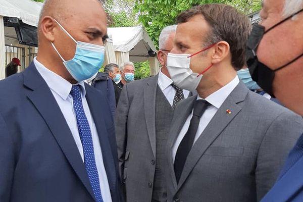 Sénateur Mikaele Kulimoetoke et le président Macron