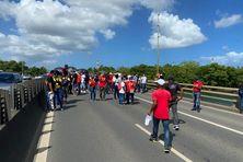 Les membres de l'UGTG ont marché de Pointe-à-Pitre à Jarry, en passant par le pont de la Gabarre.
