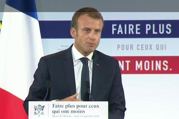 """Macron présente son """"plan pauvreté"""""""