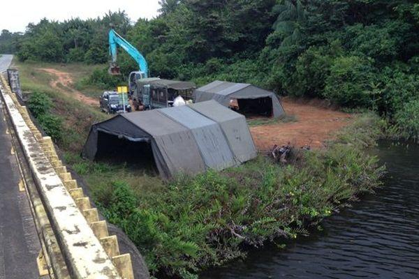 Les militaires sur la rive du Sinnamary