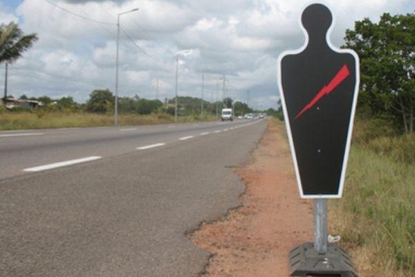 Des silhouettes noires sur les routes de Guyane