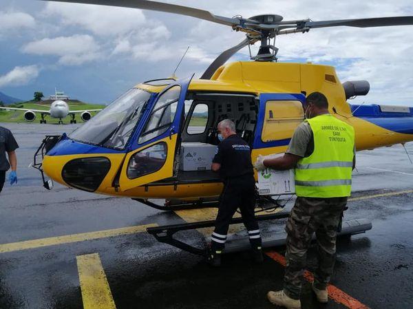 Arrivée de l'avion avec les premiers vaccins anti Covid 19, chargement dans l'hélico, Tontouta, 8 janvier 2021