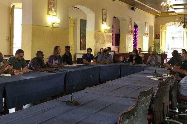 Réunion d'urgence à la mairie de Cayenne sur les sargasses