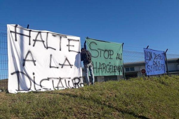Grève Tanéo du 2 juillet 2020, banderoles au dépôt Néobus