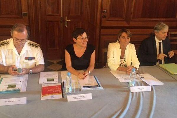En visite à La Réunion, Annick Girardin assiste à une réunion sur l'épidémie de dengue.