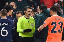 L'arbitre roumain Ovidiu Hategan discute avec le joueur du Basaksehir Istanbul, Demba Ba après la suspension du match contre le PSG, mardi 8 décembre 2020.