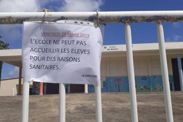 Les grilles fermées de l'école de Bel Air