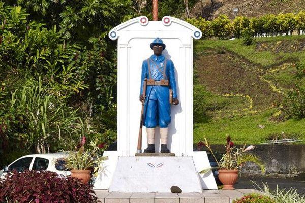 Le poilu noir du monument aux morts de Fonds-Saint-Denis