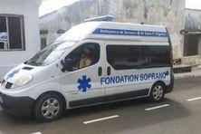 Ambulance remise au centre de santé de Ntsaweni par la fondation Soprano
