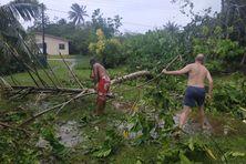 Ici à Lavegahau, la solidarité est de mise pour ramasser les dégâts provoqués par le cyclone Tino.