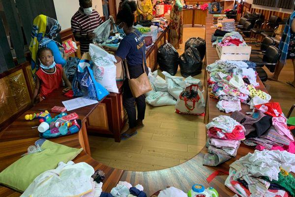 Réception des dons de vêtements, nourriture et fournitures scolaires à Acoua après les inondations